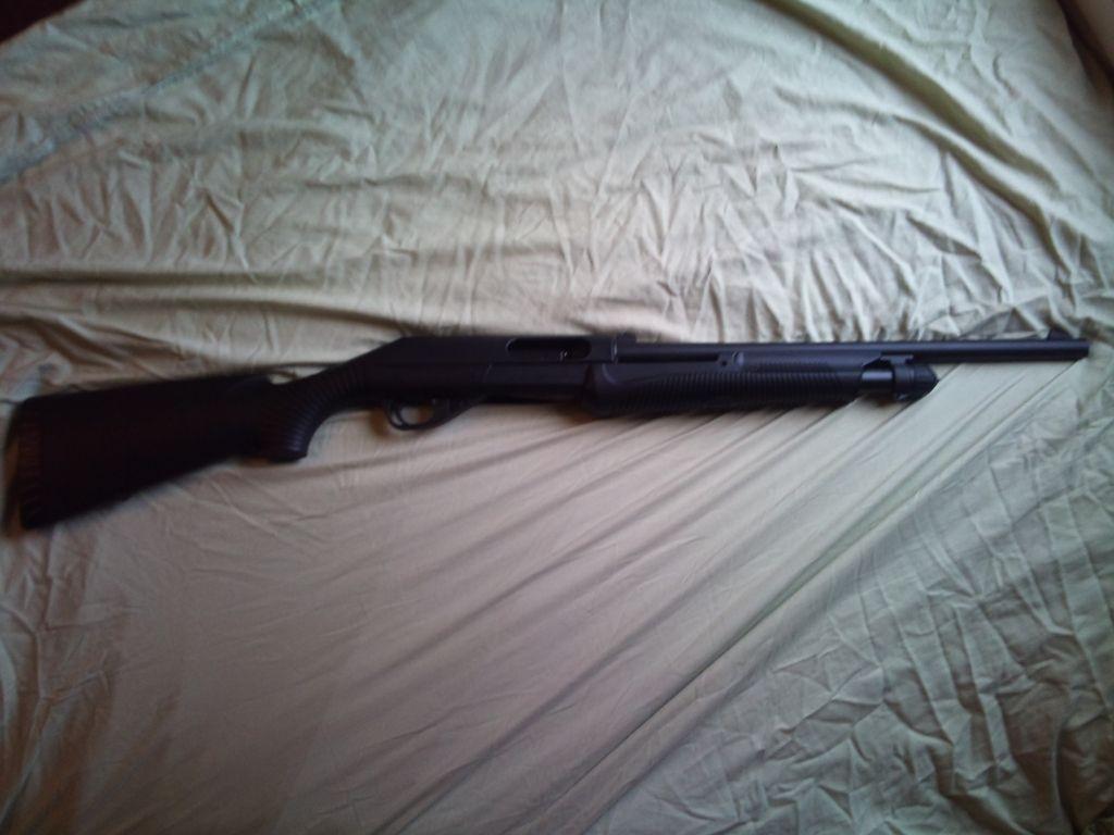 Помповое ружье, пятизарядное.  Работает на любом патроне от 12/70 до 12/89.  Приклад полый служит для переноски...