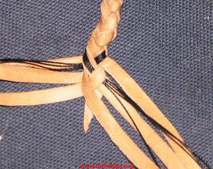 Оберните середину второго жгута вокруг нового нижнего переплетения шлеек.