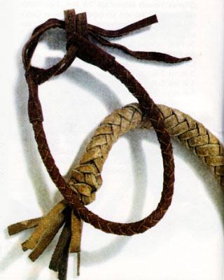 Вырежьте четыре шнура длиной