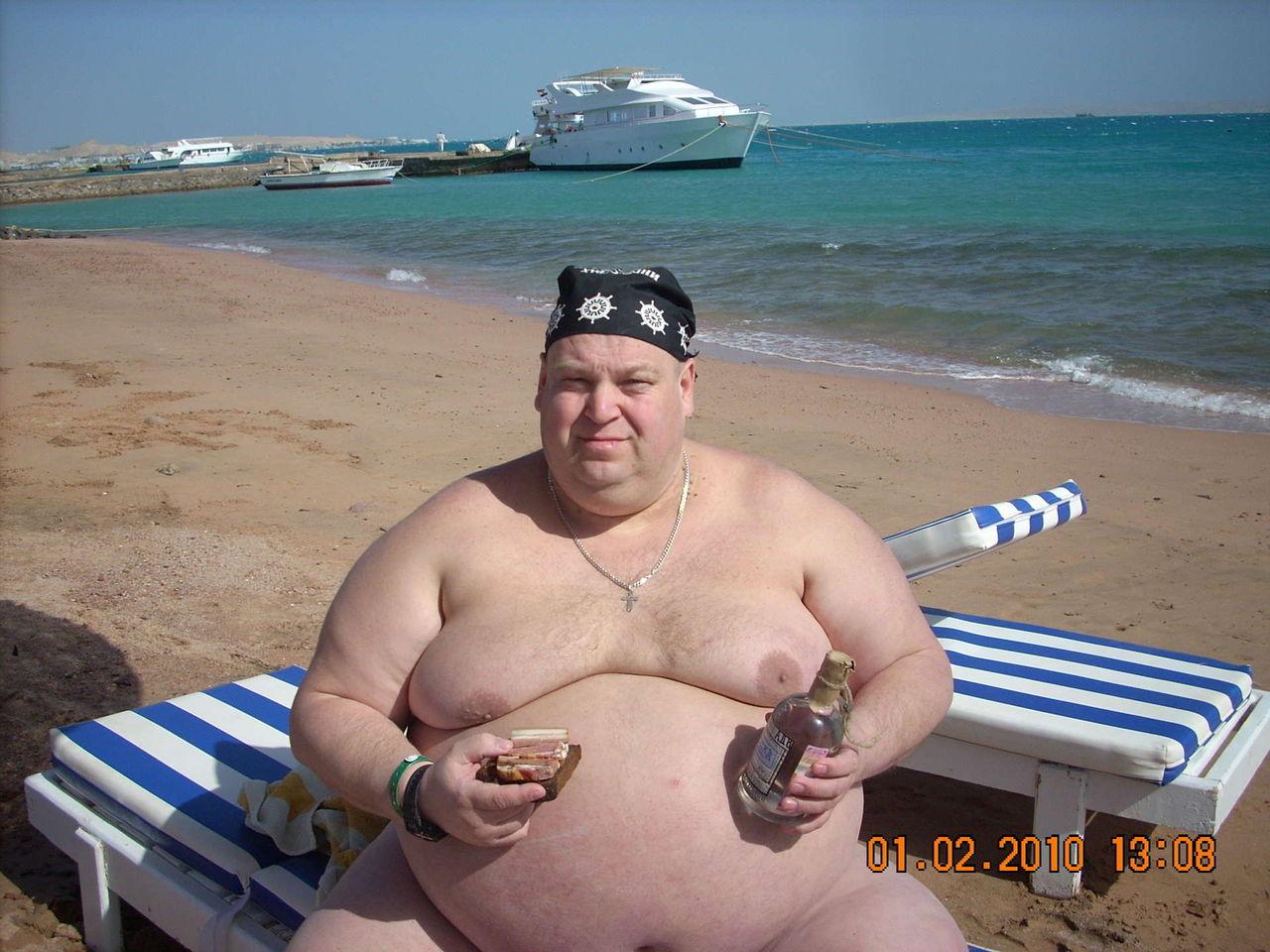 Пузатый толстый мужик пьет водку 5 фотография