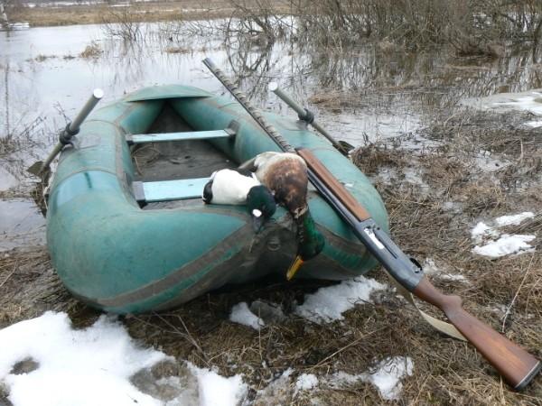 охота на уток по реке на лодке