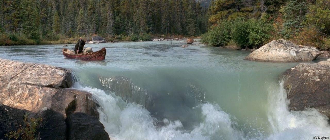 лодка на озере у водопада