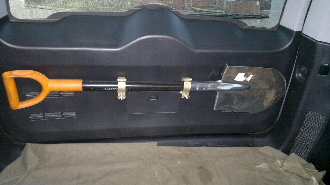 Крепления для лопаты на багажник своими руками