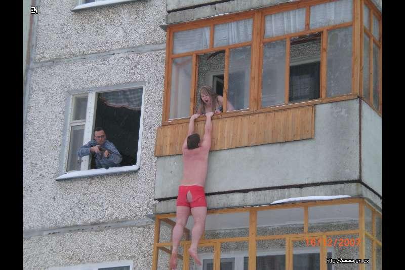 kogda-yana-vihodit-golaya-na-balkone