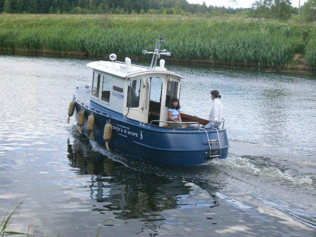 водоизмещающая пластиковая лодка