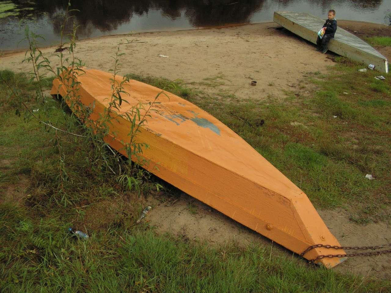 построенный небольшой деревянной лодке