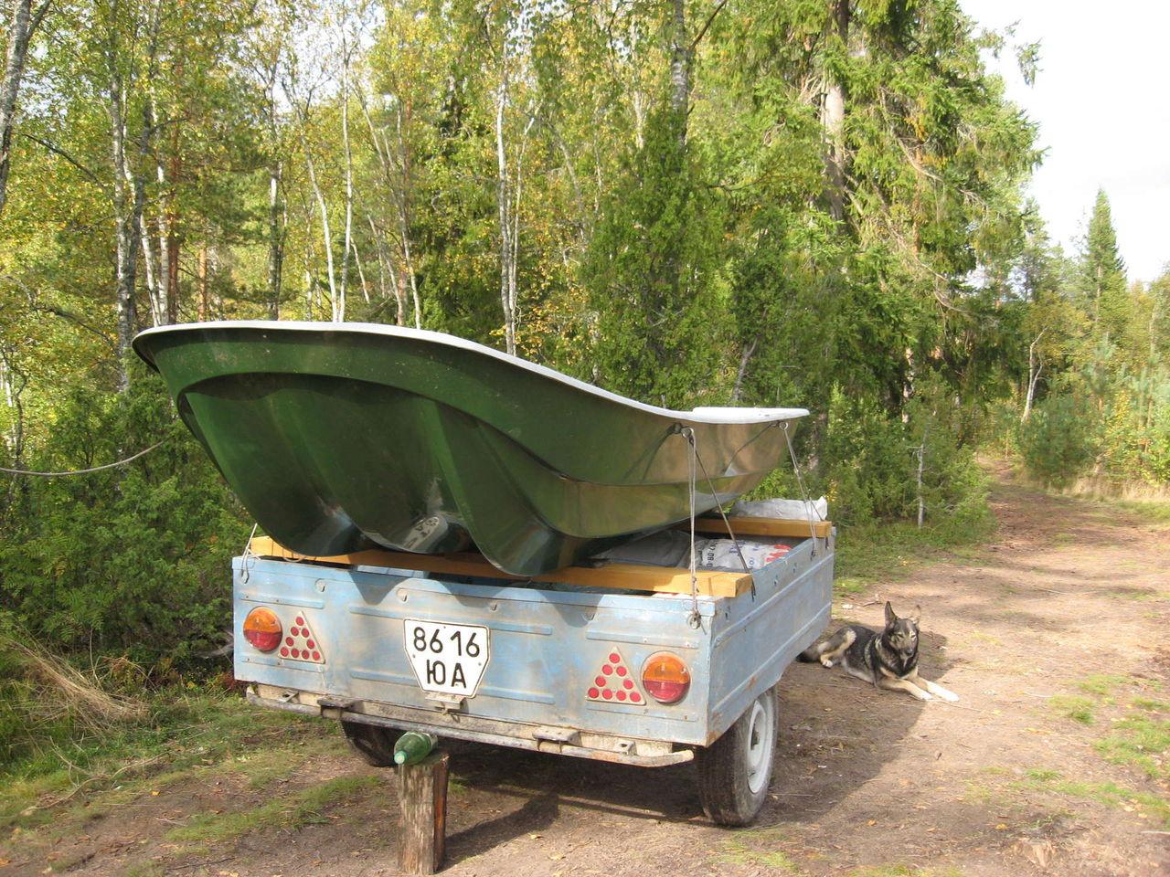 лодка на грузовом прицепе