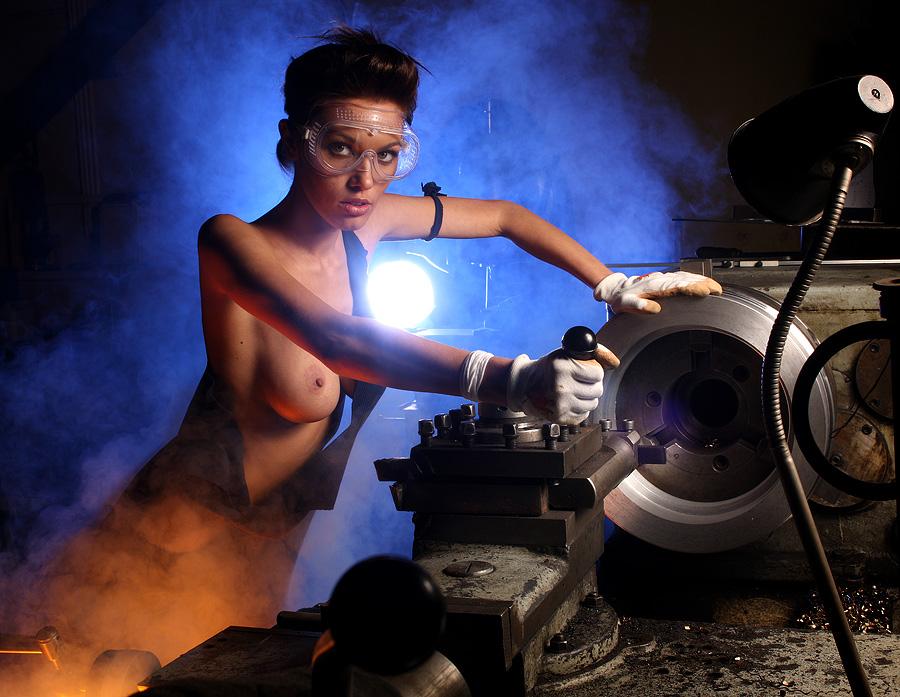голая девка на заводе - 8