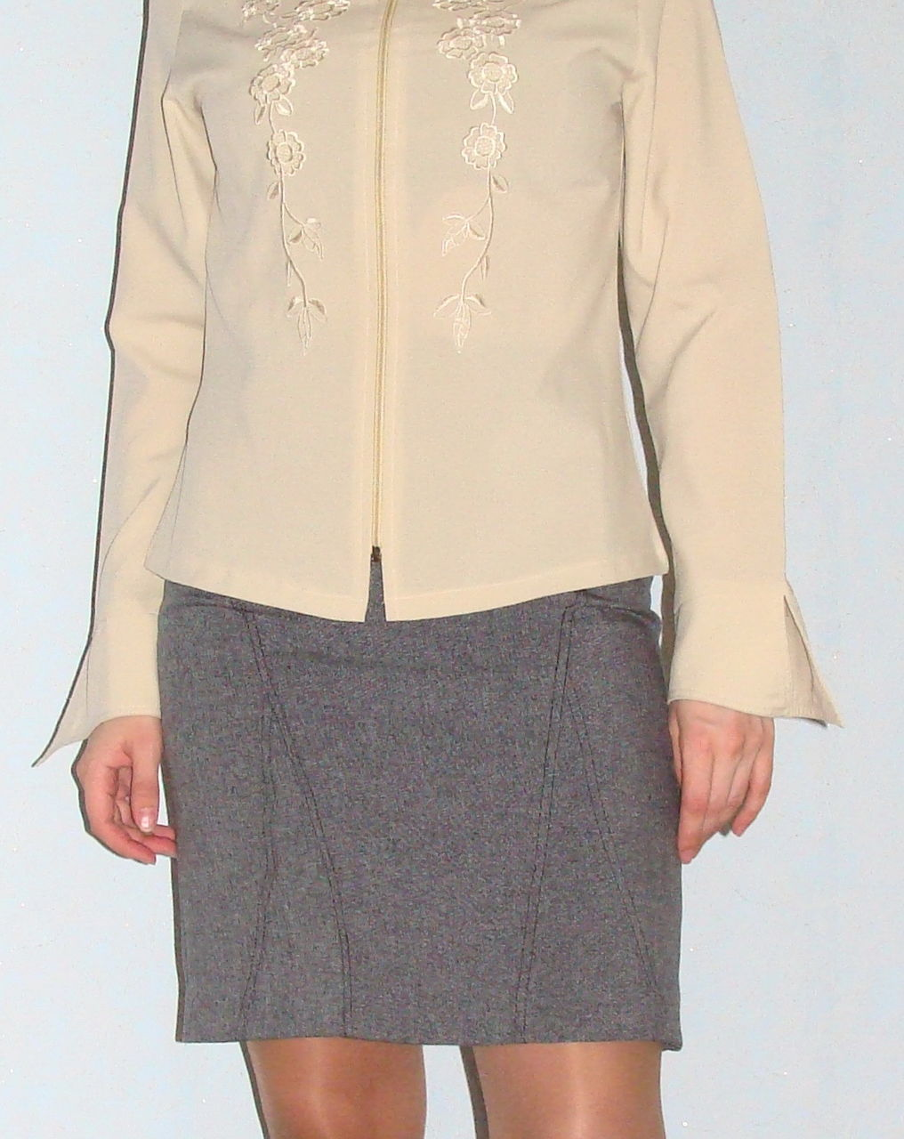 Через блузку видно 2 фотография