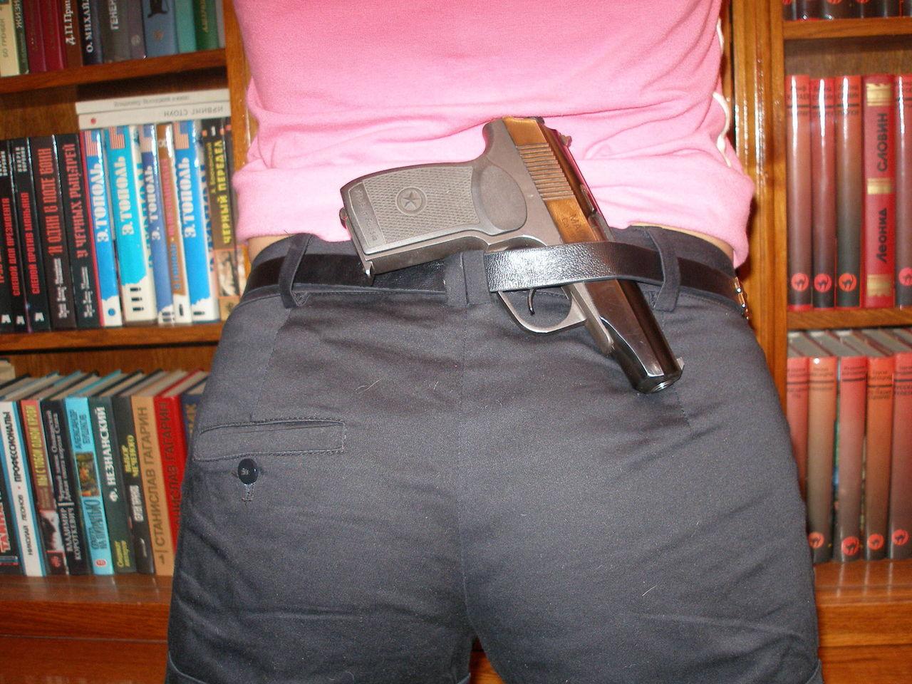Пистолет за поясом картинки