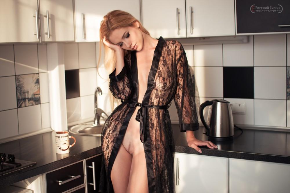 Голая девушка фото девушки дома в халате без эротики деревенские женщины фотки