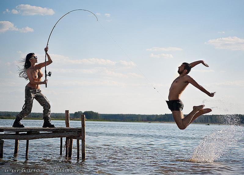 рыбаки и загорающая девушка