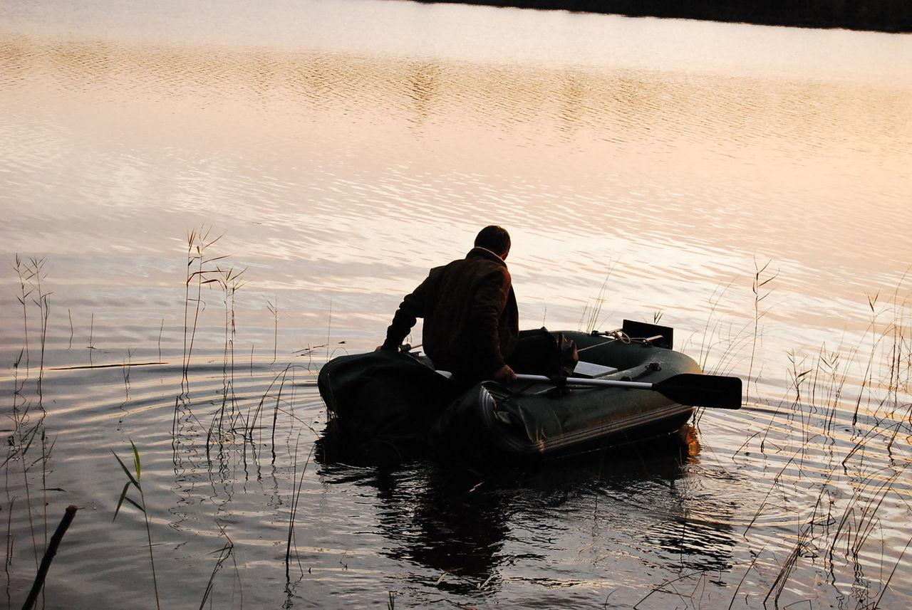 рыбаки на дырявой лодке