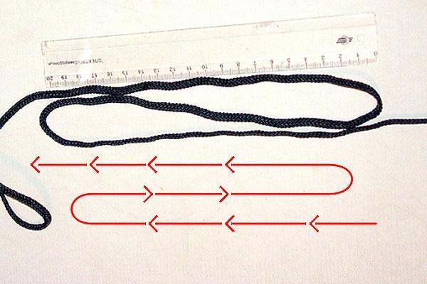 Берём сложенный шнур так,