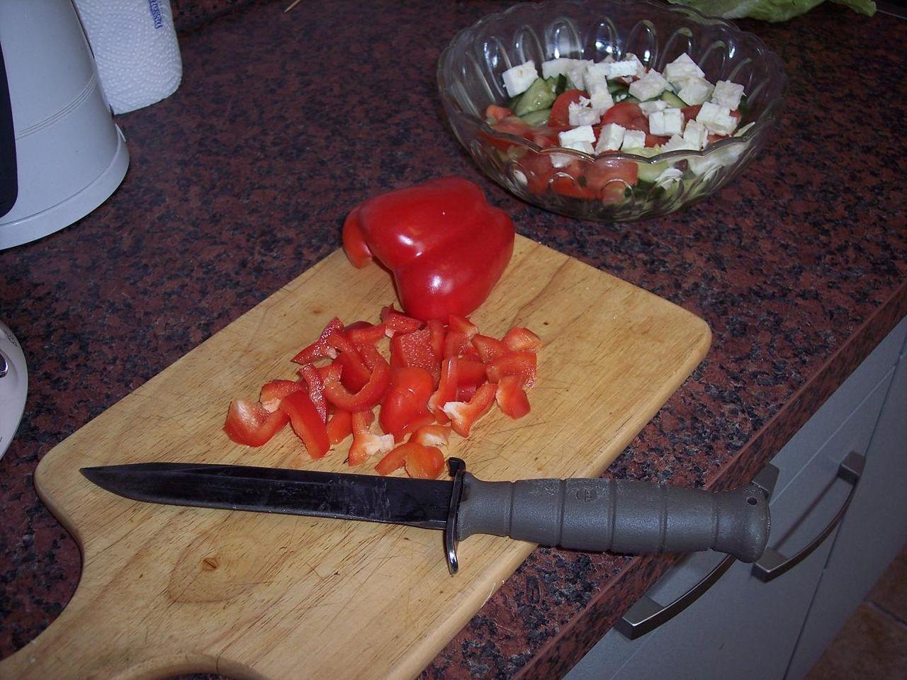 Режит ножикам яйца и писюн фото 3 фотография