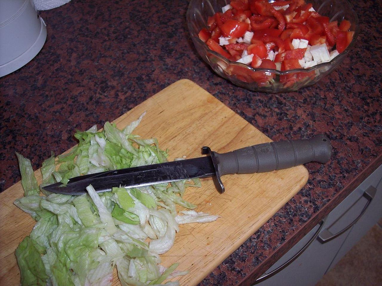 Режит ножикам яйца и писюн фото 4 фотография