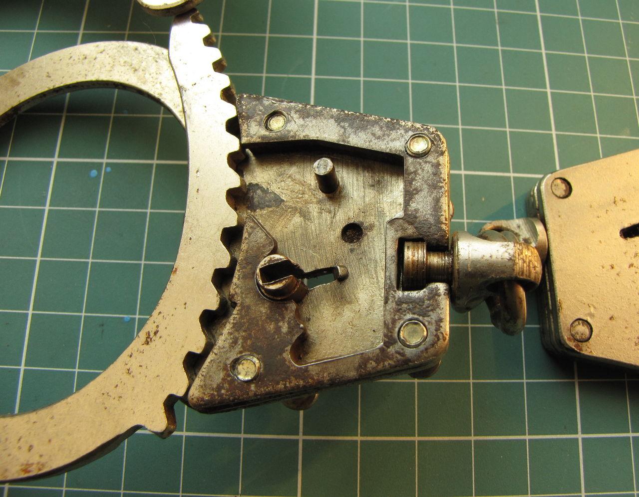 Ключи для наручников сделать