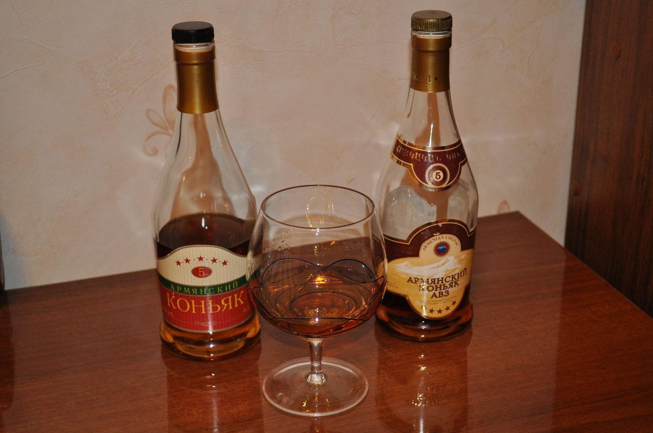 свободной картинки бутылки коньяка на столе общем маршрут получился