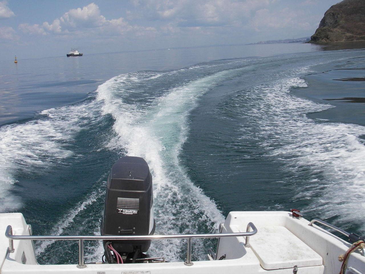 движение по волнам на моторной лодке