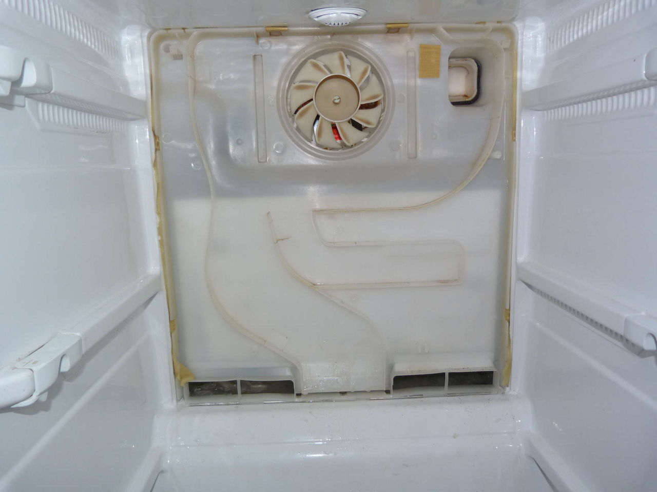 Почему в холодильнике внизу скапливается вода